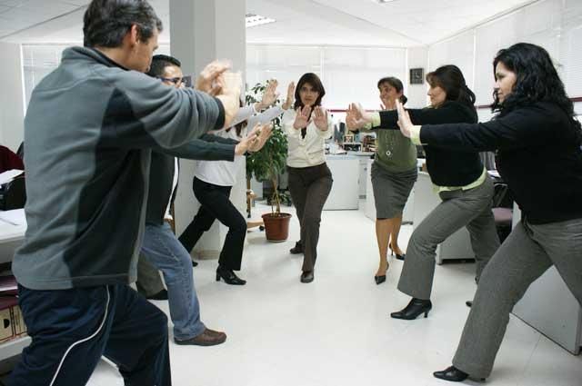 Funcionarios participan de programa antiestr s noticias for Estiramientos oficina