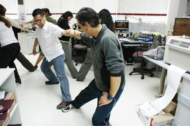 Funcionarios participan de programa antiestr s noticias for Ejercicios en la oficina